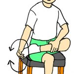 ゴールデンウイーク、歩き疲れたらストレッチをして疲れをとる。